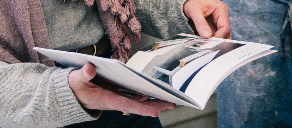 Hände halten ein Buch