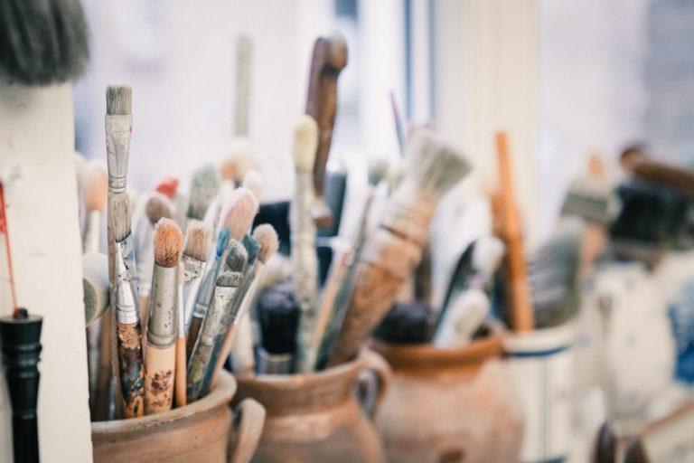 Pinsel in einem Künstleratelier